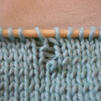 Una maglia caduta in un lavoro ai ferri, foto ©bluebettyblog.blogspot.com