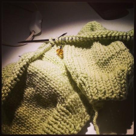 Il maglione lavorato fin quasi alla vita