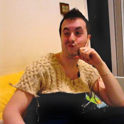 Ivan, serissimo, con il maglione in costruzione