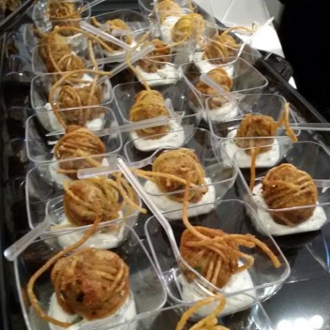 Stuzzichini del buffet tutto vegetariano e MBUONIFFIMO, questi erano a forma di gomitolo