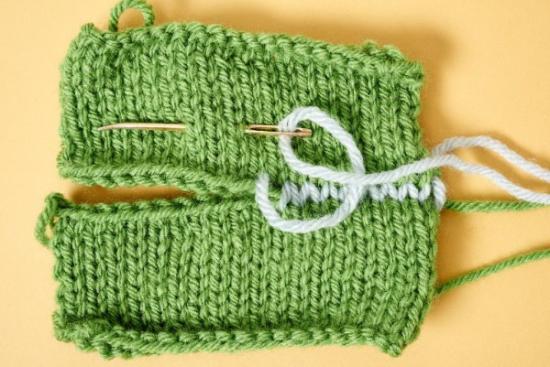 Una cucitura sulla maglia (foto da Craftsy)