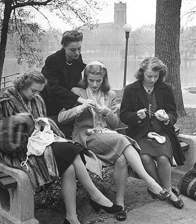 Donne lavorano a maglia nel parco, anni Quaranta