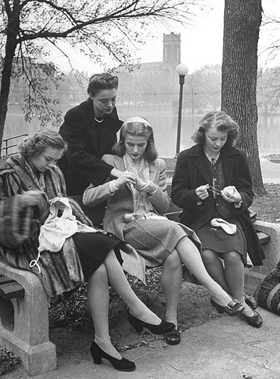 Donne lavora a maglia nel parco, anni Quaranta
