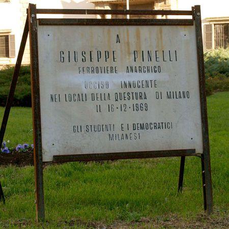 La vecchia lapide a Pinelli bisognosa di sostituzione