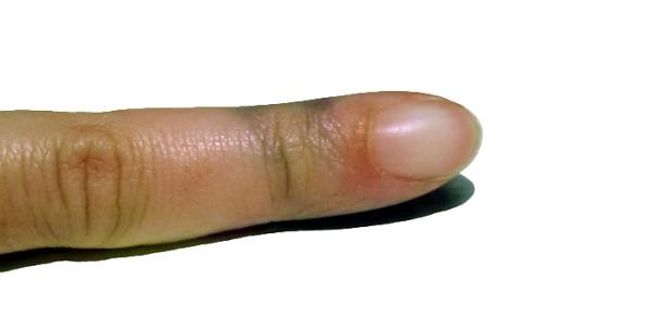 Traccce lasciate sulle dita dalla lavorazione di un filato all'indaco