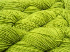 Il filato del campione qui sopra è Elen Sock di Triskelion Yarn, nel colore Frea che vedete qui.