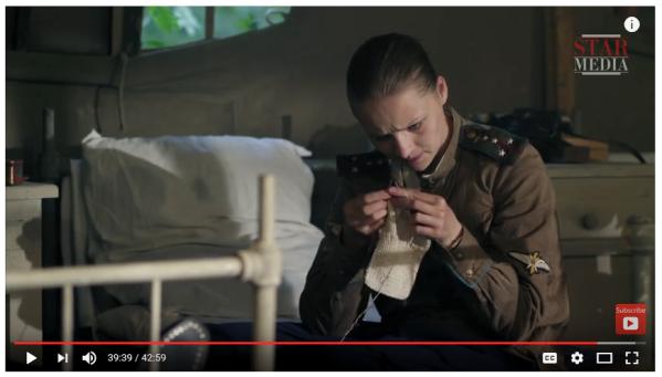 La capitano Lydia Litovchenko impara a lavorare a maglia nella prima puntata della serie