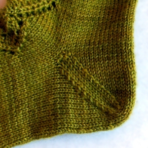 Calze Autumn leaves, lavorate con Elen Sock di Triskelion Yarns