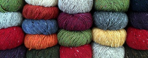 Filati in esposizione su uno scaffale, sarà pura lana?