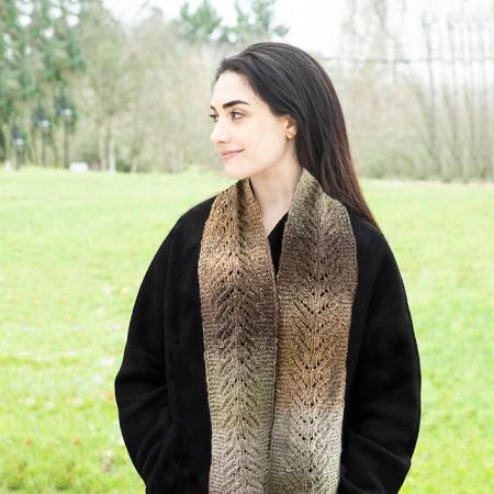 La sciarpa Rusadir è lavorata con Melilla, un filato cangiante e con un'alta percentuale di seta prodotto da Cascade