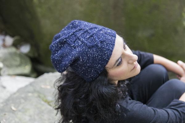 Grotte è un berretto a maglia con una grande treccia