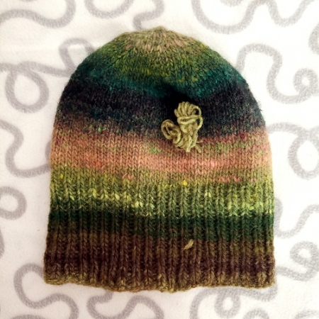 Usando il metodo descritto, ho ottenuto un comodo cappellino usando quasi interamente un solo gomitolo di lana. Mi sono avanzati circa 1,5 m di filato.